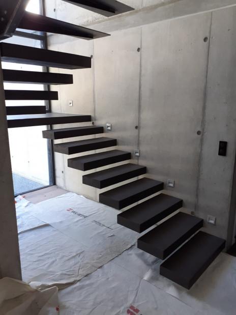Escalier suspendu béton