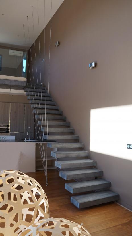 Escalier béton minéral suspendu gris