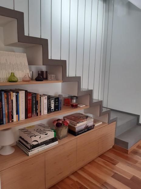 Escalier béton minéral gris