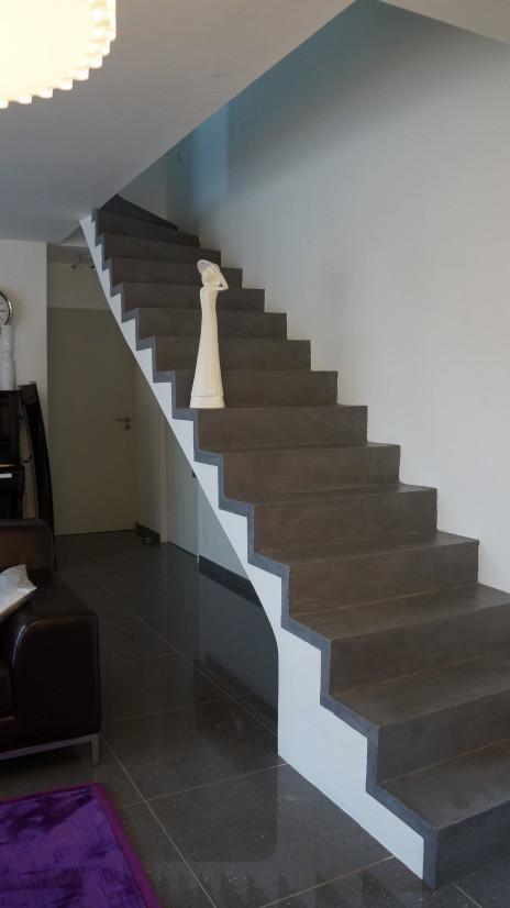 Escalier béton minéral gris soutenu