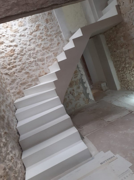 Escalier béton blanc