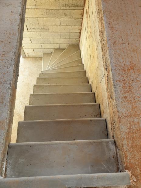 Escalier béton d'atelier brut