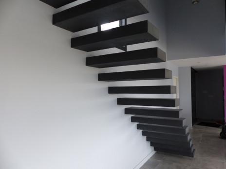 Escalier béton suspendu