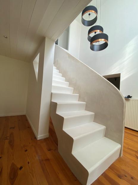 Escalier béton blanc teinté dans la masse