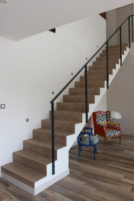 Escalier béton minéral taupe