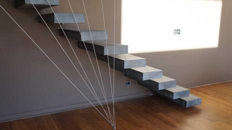 Escalier suspendu finition béton minéral
